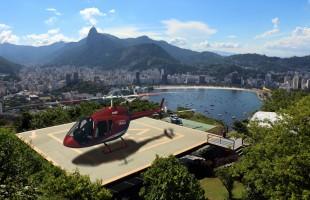 """Perspectiva futurista que muestra un JetRanger X de Helisul operando desde el helipuerto del Pan de Azúcar en Río de Janeiro (art by: Javier """"Javo"""" Ruberto)."""