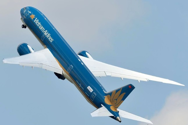 Vietnam Airlines first Boeing 787 performed a thrilling flying display smartly viralized by the manufacturer through social media (photo: Pascal Maillot).