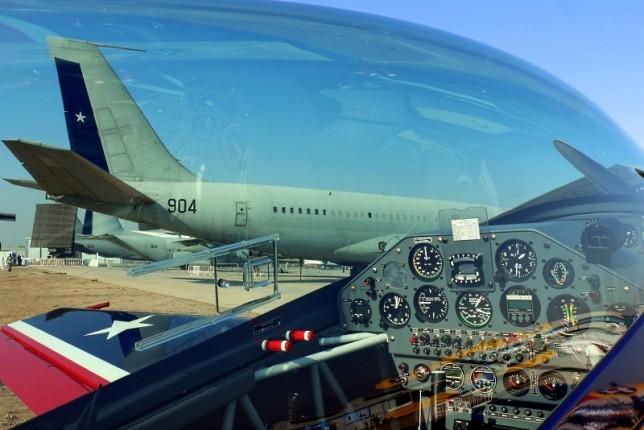 Enmarcados por el plexiglass del último Extra 300/L recibido por la escuadrilla Halcones, se observa un trío de veteranos de la Fuerza Aérea de Chile participando en la muestra estática de FIDAE 2014 (foto: Carlos Ay).