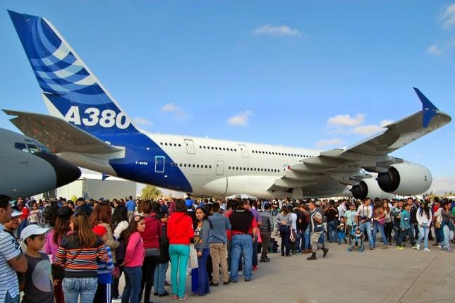 Los visitantes del fin de semana esperaron pacientemente poder acceder al A380 (foto: Michel Anciaux).