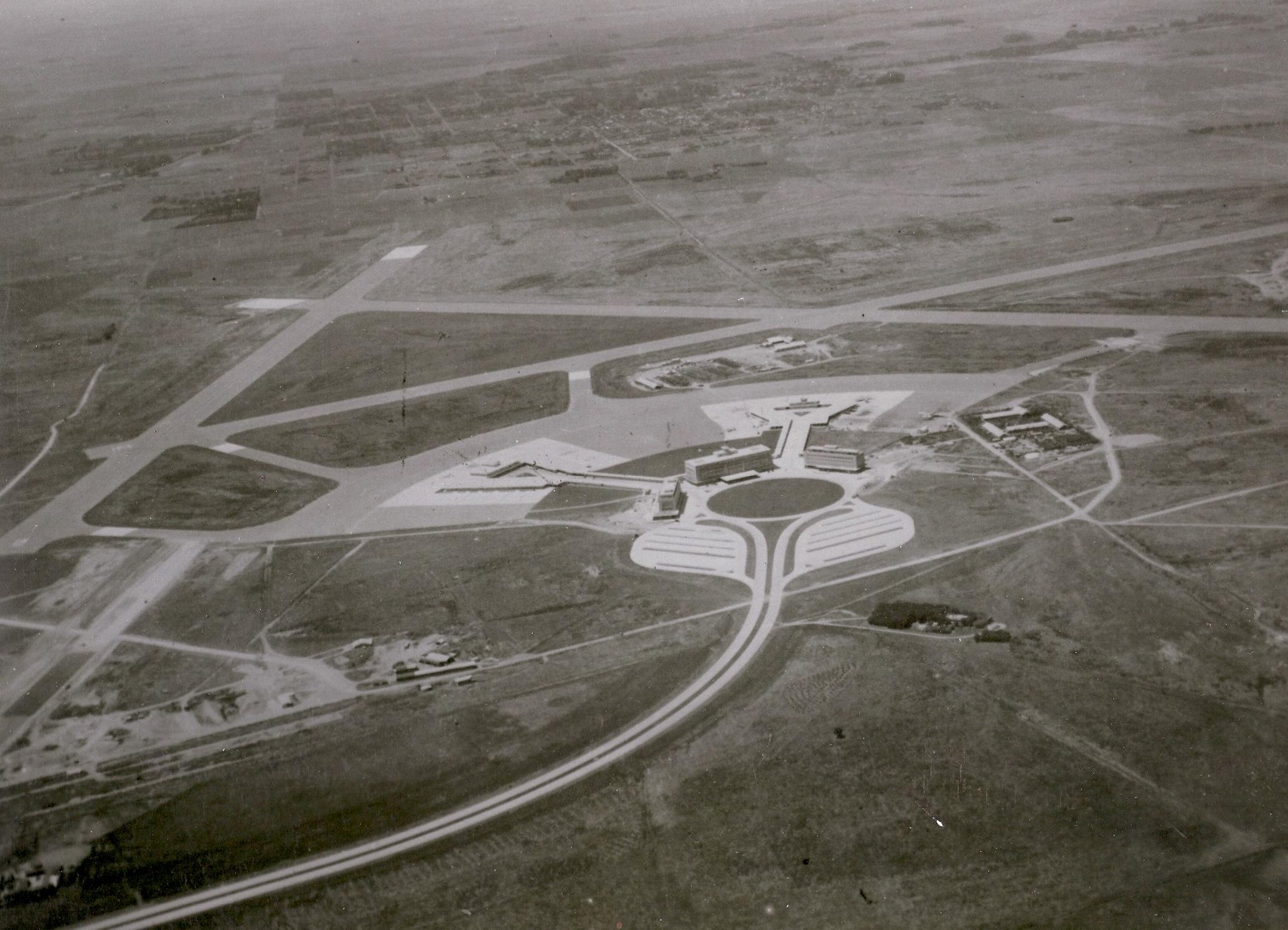 Ezeiza en el momento de su inauguración, en 1949. Se ven las tres pistas que se construyeron entonces y que luego fueron alargadas, los tres edificios principales, los dos espigones y la llegada de la autopista. Los hangares y la vinculación con Los Chivatos se hicieron en la primera mitad de la década siguiente (foto Archivo General de la Nación).