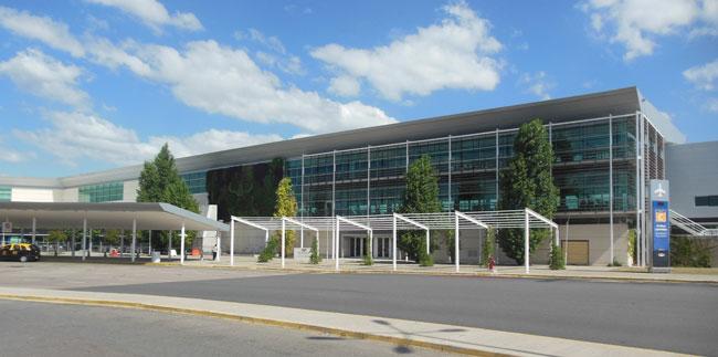 La terminal C, sin estridencias, sugiere cómo será el desarrollo futuro del aeropuerto (foto Pablo Luciano Potenze).