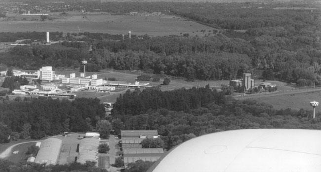 Las instalaciones de la Comisión Nacional de Energía Atómica, construidas a partir de 1957, limitan las posibilidades de Ezeiza (foto Pablo Luciano Potenze).
