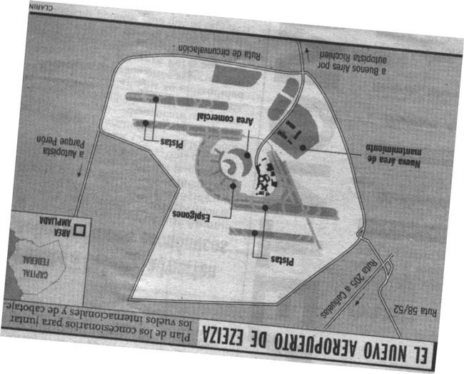 La misma propuesta de 1998, tal como la publicó Clarín. Aquí se ve que se incorporarán nuevos terrenos que a esa fecha no pertenecían al aeropuerto. El plano está girado para mantener uniformidad con el resto, que tienen el norte para arriba (colección Pablo Luciano Potenze).