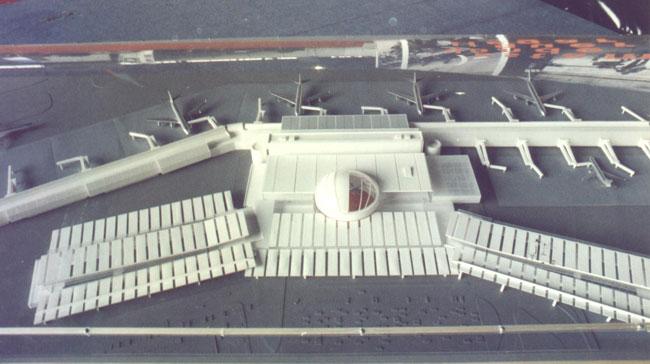 Maqueta del futuro aeropuerto de Ezeiza exhibida en 2001. La actual terminal A es el edificio que está en primer plano a la izquierda. Todo lo demás no se hizo (foto Pablo Luciano Potenze).