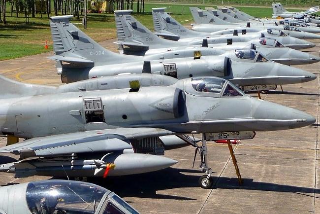 Resultado de imagen para aviones A4 y otros dos Super Etendard