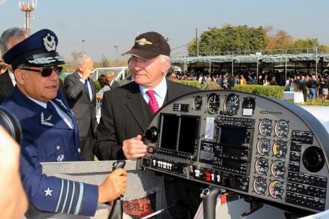 Kuno Otipka y el Comandante en Jefe de la FACH inspeccionan uno de los dos nuevos Diamond DA-20 del club (foto: Carlos Ay).