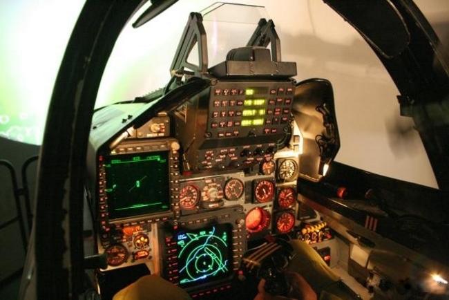 Hubo que esperar hasta la baja del Cheetah C para conocer la primera imagen de su cockpit. Un HUD gran angular con teclado de acceso y display de datos domina el panel central, con una MFD color por debajo que presenta la información táctica. Sobre el lateral izquierdo de aprecia un segundo display monocromático que exhibe una imagen del radar en modo aire-aire. Semioculta por el HUD se alcanza a distinguir el display de alerta de radar y amenazas. Indudablemente un equipamiento que nada tiene que envidiarle a muchos aviones de cuarta generación (foto Dean Wingrin/Unofficial SAAF Website).