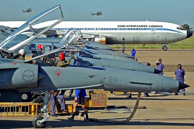 Línea de vuelo de Cheetah D y C durante el ejercicio Good Hope II 2006, el último gran ejercicio aéreo en el que participó este impresionante SDA junto a los Tornado de la Luftwaffe. La disponibilidad de biplazas dotados de lanza de reaprovisionamiento de combustible en vuelo representa un valor agregado para esta versión del Cheetah. Una más, entre muchas otras, a la hora de considerar su incorporación a la FAA (foto Christo Crous/SAAF).