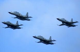 Cuatro cazas Tigre III del Grupo 12, dos F-5E y dos F-5F en dos variantes de esquema de pintura, sobrevuelan Punta Arenas el 19 de septiembre (foto: Jorge Tima Carrasco).