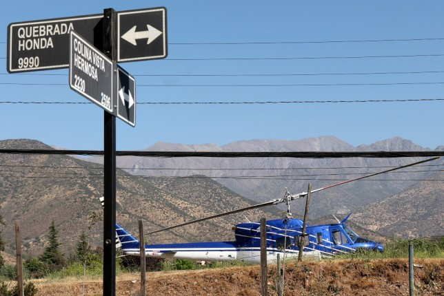 Un imagen que ilustra las complejidades del sector donde operó el helicóptero de CONAF: Contra el impresionante fondo cordillerano, cables aéreos y una zona fuertemente urbanizada (foto: Carlos Ay).