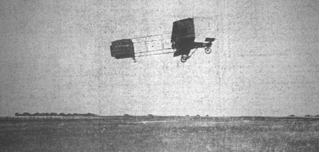 El Aero Club Argentino lo hizo. La foto publicada en La Nación de un avión volando en la Argentina. Se trata del Voisin de Breggi (foto colección Pablo Luciano Potenze).