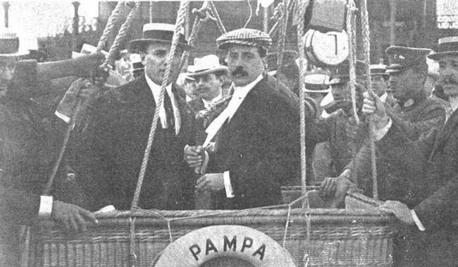Aarón de Anchorena (piloto, izquierda) y Jorge Newbery (pasajero) en la primera ascensión del Pampero, en 1907. Se pueden ver muchas cosas en esta foto, pero una de ellas es la unión de un aristócrata argentino con un ídolo popular indiscutido del momento en un emprendimiento novedoso (foto Archivo General de la Nación).