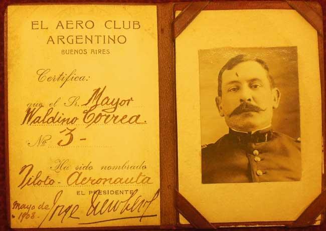 """El Aero Club Argentino """"certifica"""" que el titular """"ha sido nombrado"""" piloto aeronauta. Desde lo legal no es un documento oficial, pero es demasiado parecido a un documento oficial como era la licencia para conducir automóviles, que extendía la Municipalidad de la Ciudad de Buenos Aires (foto archivo Pablo Luciano Potenze)."""