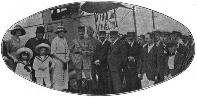 Pasajeros de los primeros vuelos regulares de la Misión Francesa (foto Caras y Caretas, colección Pablo Luciano Potenze).