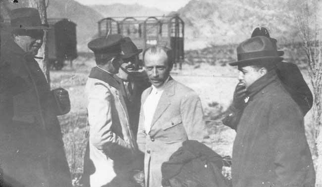 Eduardo Bradley Batalló duramente contra Mosconi por problemas de intereses y lo llegó a acusar de corrupto. Con los años, llegó a ser el representante de Pan American en la Argentina. En la foto se lo ve en Uspallata, después de haber piloteado el primer globo que cruzó la Cordillera de los Andes, en 1916 (foto Archivo General de la Nación)